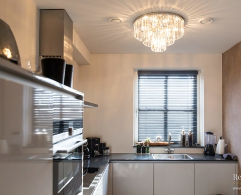 Moderne keuken met kroonluchter aan het plafond