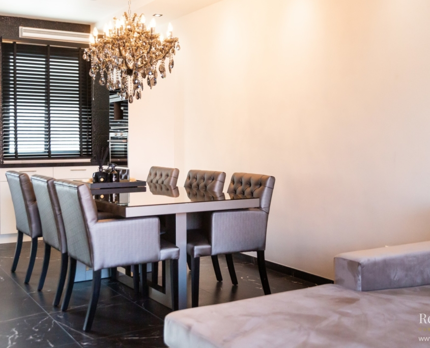 Bronzen eettafel met glasplaat en bronzen gecapitonneerde eetkamerstoelen
