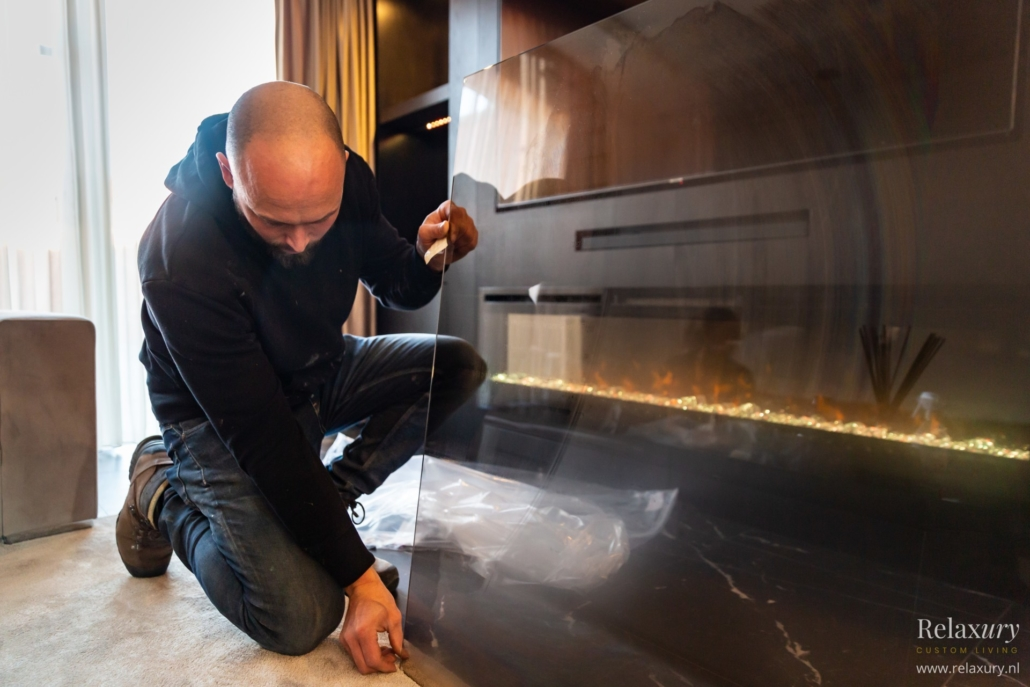 Relaxury meubelmaker Emiel pakt glasplaat voor TV-wand