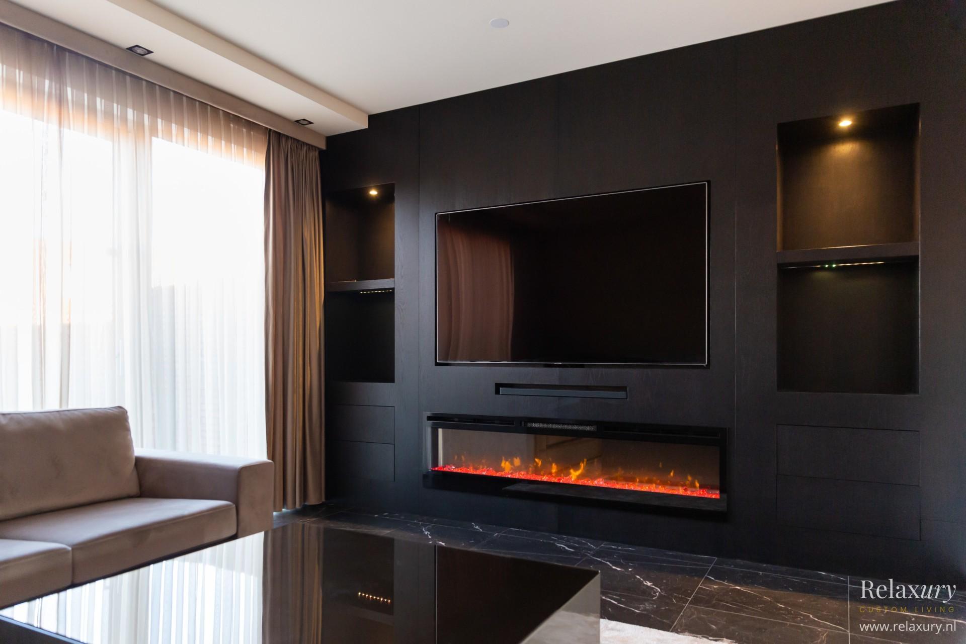 TV wand van donker eiken fineer met sierhaard en nissen in metropolitan stijl