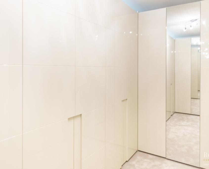 Witte hoogglans maatwerk dichte inloopkast met spiegel