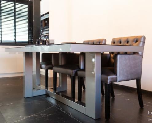 Taupe tafel frame met glas blad en stoelen