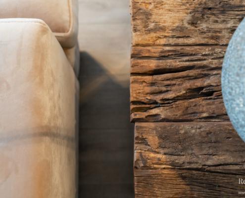 Woonkamer bank en houten kastje detaill