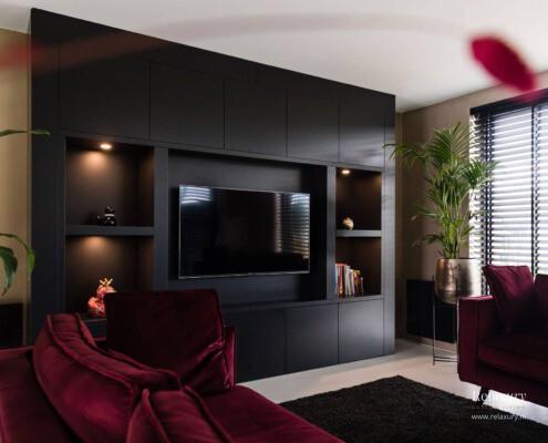 Zwarte cinewall met flatscreen en verlichting in Meppel van Relaxury