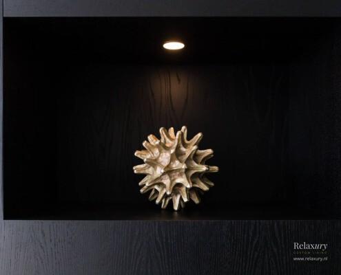 Zwarte cinewall met haard en verlichting van Relaxury in Veenendaal